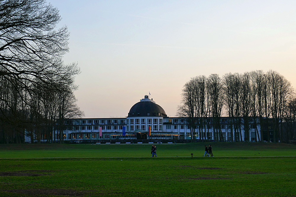 Picture of the front of the Park Hotel Bremen seen from the Buergerpark